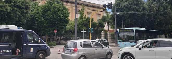 Si spezza un cavo del filobus: paura sul viale e traffico in tilt