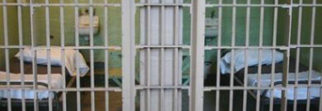 Detenuto spogliato e picchiato in isolamento: tre agenti a processo