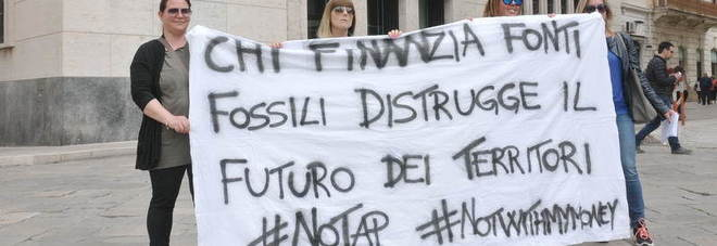 No Tap, un flash mob per chiedere a Banca Intesa di non finanziare il progetto