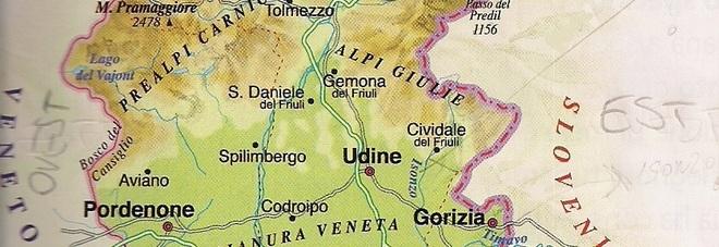 La tremenda cartina geografica del Friuli Venezia Giulia in un libro di scuola usato nella quinta classe di un istituto della provincia di Udine