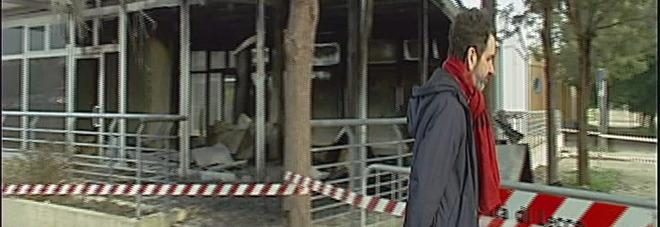 Il sindaco Carlo Salvemini davanti ai box distrutti dall'attentato incendiario