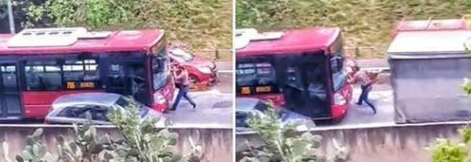 Roma, bus tenta di investire pedone: Atac apre inchiesta interna VIDEO