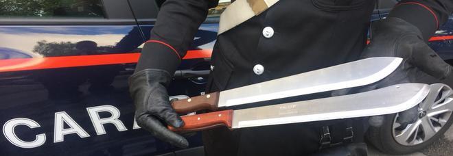 Coltelli, manganelli e machete: in auto armati. I carabinieri denunciano 34 persone