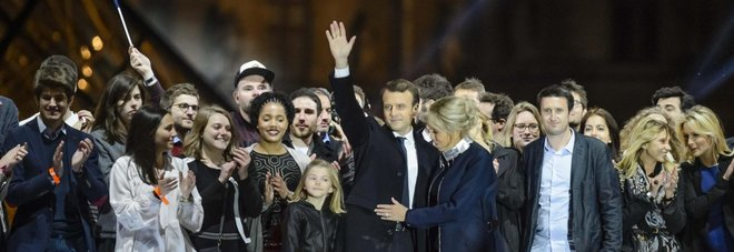 Sul palco la moglie e i 7 nipoti