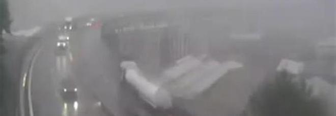 Ponte Morandi, il nuovo video del crollo: passa il camion Basko, poi il black out