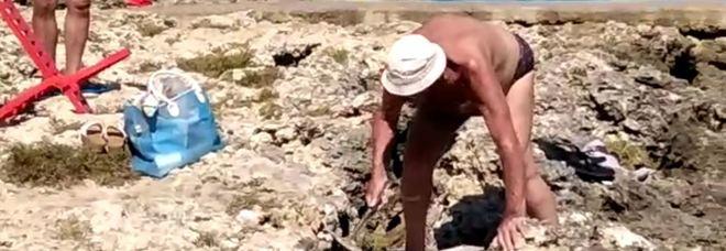 Prende a picconate gli scogli per costruire una passerella: denunciato 83enne