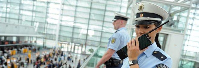 Monaco, donna elude i controlli in aeroporto senza accorgersene e scatena il caos: 330 voli cancellati, danni per 4 milioni di euro