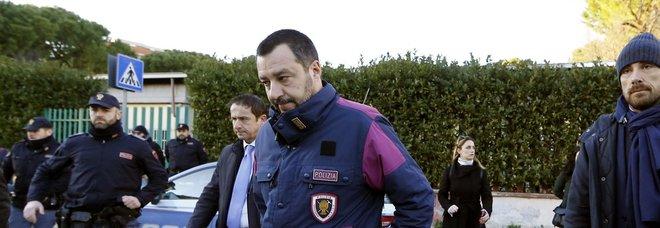 Matteo Salvini con la giacca della polizia