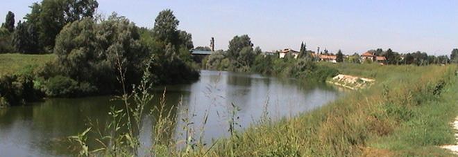 Passeggia lungo il fiume Brenta e vede qualcosa: è una donna