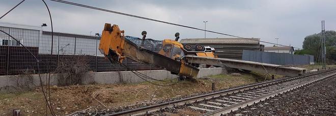 Treno regionale deraglia nel Cuneese, soccorritori sul posto