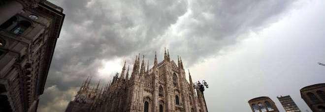 Bomba d'acqua su Milano: fuggi fuggi in piazza Duomo (Fotogramma)