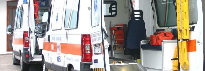 Incendio nella baraccopoli dei migranti irregolari: quattro feriti, grave un 22enne