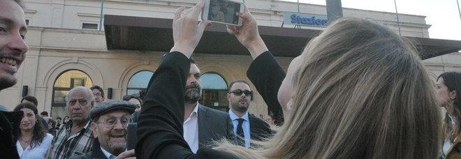 Meloni accolta da protesta a Lecce, lei risponde coi selfie