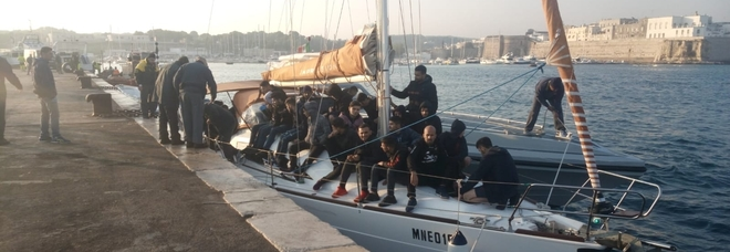 Sbarco all'alba: sei intere famiglie a bordo
