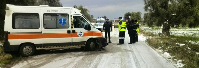 L'ambulanza uscita di strada sulla Villa Castelli-Francavilla Fontana