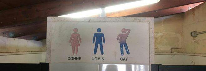 """""""Uomini, donne o gay"""": polemica sul cartello nel bagno del b&b"""