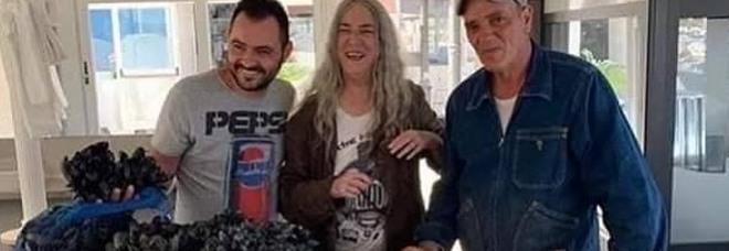 Patti Smith alla scoperta di Taranto: passeggia al porto tra i miticoltori