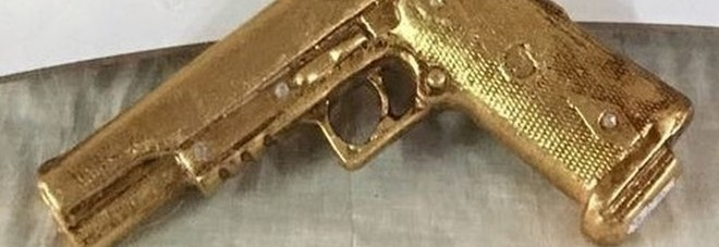 Choc a Napoli, come bomboniere spuntano le pistole dorate
