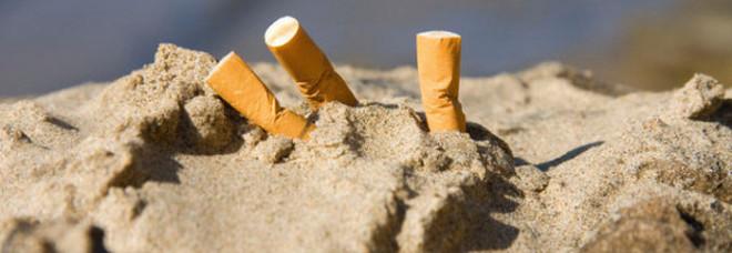 Guerra alle cicche, da oggi è vietato fumare in spiaggia