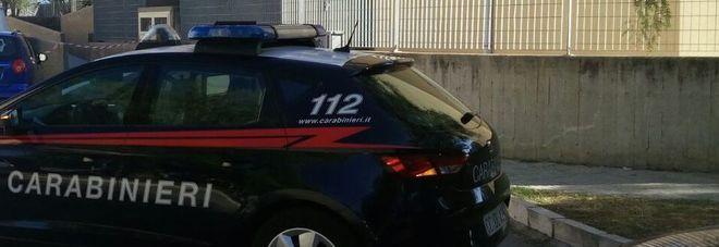 L'auto dei carabinieri in via Raffaello (foto Max Frigione)