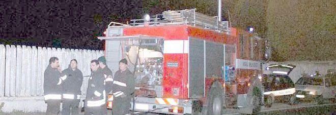 Raid incendiario ai danni di un poliziotto: auto distrutta dal fuoco