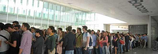 Bufera alla Bocconi per l'esame truccato: domande di diritto pubblico note via chat, test da rifare per 2mila studenti