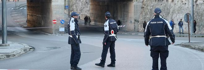 Cadono calcinacci, chiuso sottovia per Monteroni: traffico in tilt