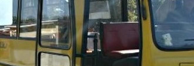Non va a prendere la figlia alla fermata dello scuolabus: denunciata la mamma