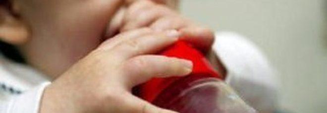 Neonata sta per soffocare mentre prende il latte, mamma e papà guidati dal 118 la salvano