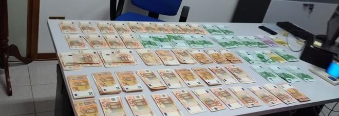 Il denaro ritrovato all'interno del borsone dimenticato nell'autobus