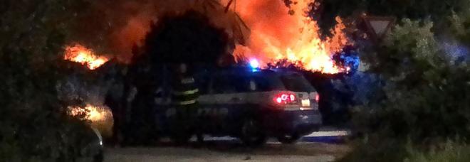 San Foca, le fiamme invadono costa e pineta: a fuoco la spiaggia di San Basilio