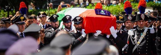 Napoli piange il carabiniere eroe: «L'Italia risorge col suo esempio»