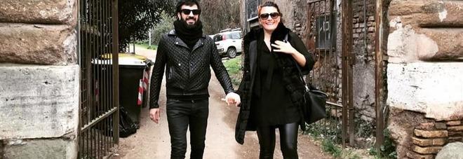Sorpresa Negramaro, Lele torna a casa mano nella mano con la moglie E Giuliano torna a prendere posizione sui migranti: «Il mare è di tutti»