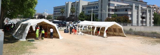 Giudici e avvocati al lavoro in tenda, via allo sgombero del Palagiustizia a rischio crollo