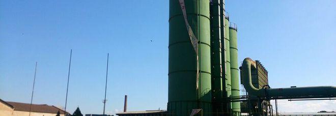 Protesta choc degli operai della Carbon si incatenano in cima ad un silos Foto Convocati al Mise