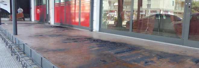 A fuoco il gazebo di un bar, ennesimo attentato in città