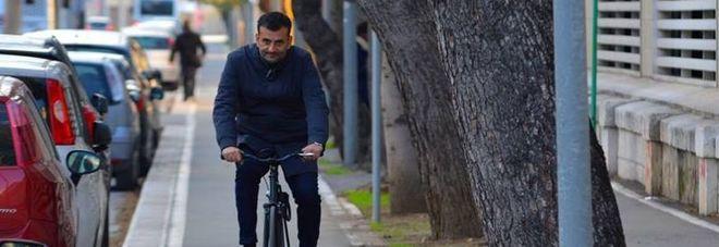 Il sindaco di Bari, Decaro, in bicicletta