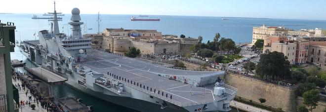 Lo spettacolo della portaerei Cavour che attraversa il ponte girevole ed entra in Mar Piccolo