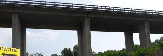 Gemelli si buttano dal viadotto, la madre era morta pochi giorni fa