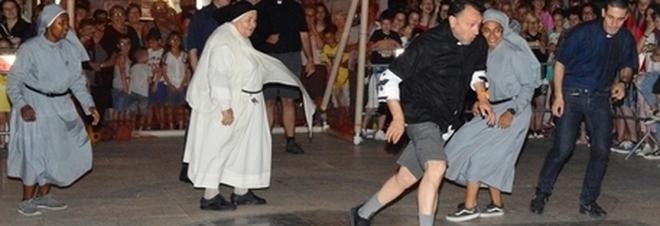 Sfida in campo tra preti e suore: la partita si fa avvincente