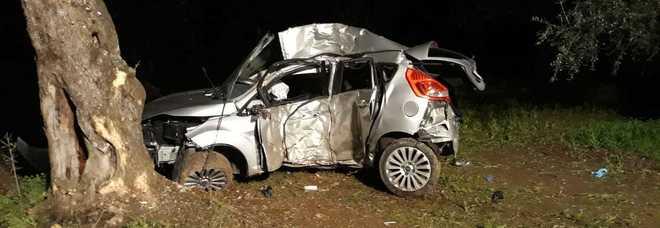 L'auto distrutta dopo l'impatto contro l'albero
