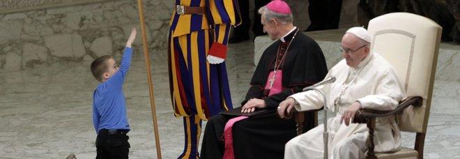 Il Papa e il bimbo sul palco: «Argentino e indisciplinato». Ma poi si scopre il suo dramma