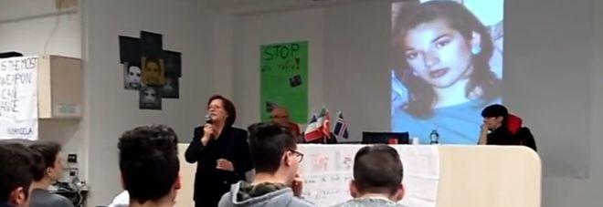 Marisa Fiorani in uno dei tanti incontri a scuola per parlare della figlia, Marcella Di Levrano (alle spalle)