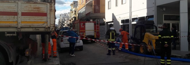 L'arrivo dei vigili del fuoco in via Romolo
