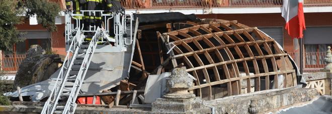 L'intervento dei vigili del fuoco sulla cupola della Casa del Mutilato (foto Gianfranco Caligiuri)