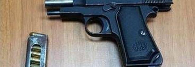 La pistola sequestrata al tarantino