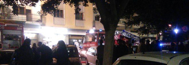 Incendio in piazza Mazzini: palazzina evacuata nel cuore della notte