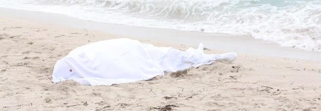 Tragedia in spiaggia: muore mentre nuota, forse un malore