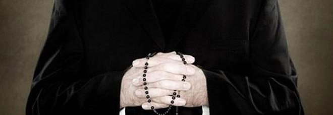 Il paese lo accoglie come sacerdote e lui confessa i fedeli. Poi la scoperta choc: era un truffatore