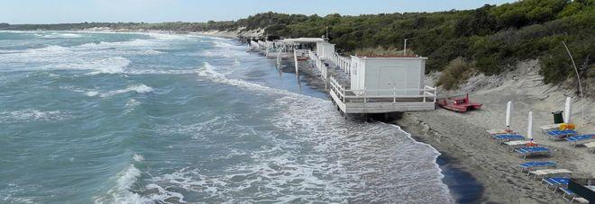 """Il mare """"divora"""" la spiaggia «Ma basta con i prelievi di sabbia dagli Alimini»"""